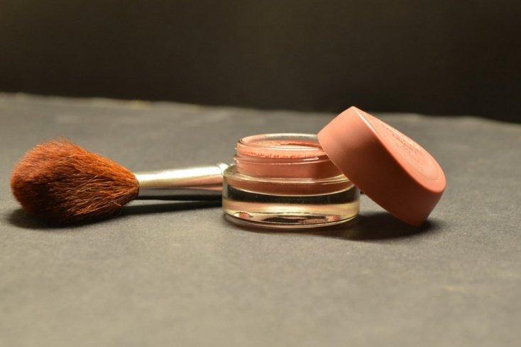 Консилер в макияже наносится поверх тонального крема
