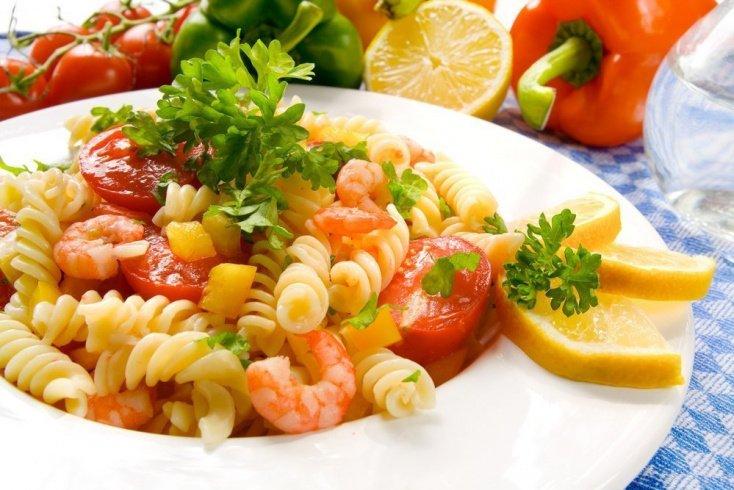 Теплый салат из пасты с морепродуктами