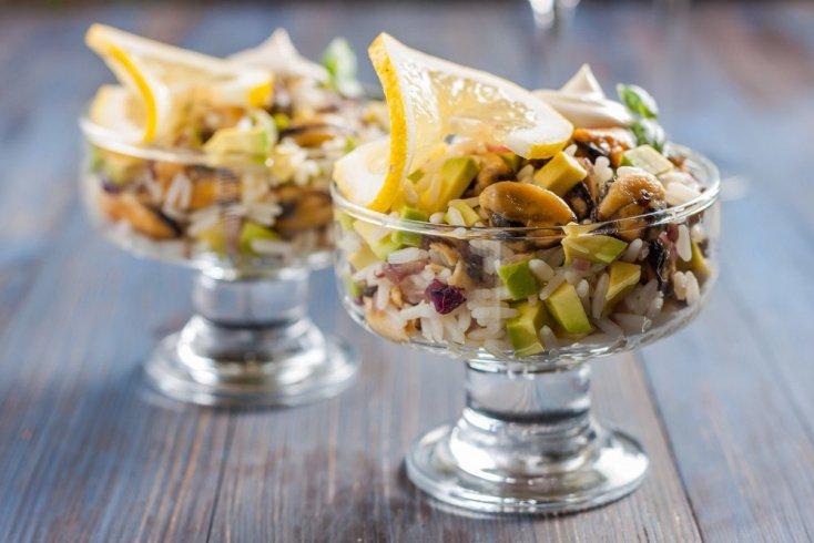 Простой рецепт теплого салата с мидиями и фасолью