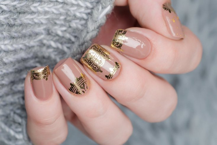 Тонкие золотые линии на ногтях