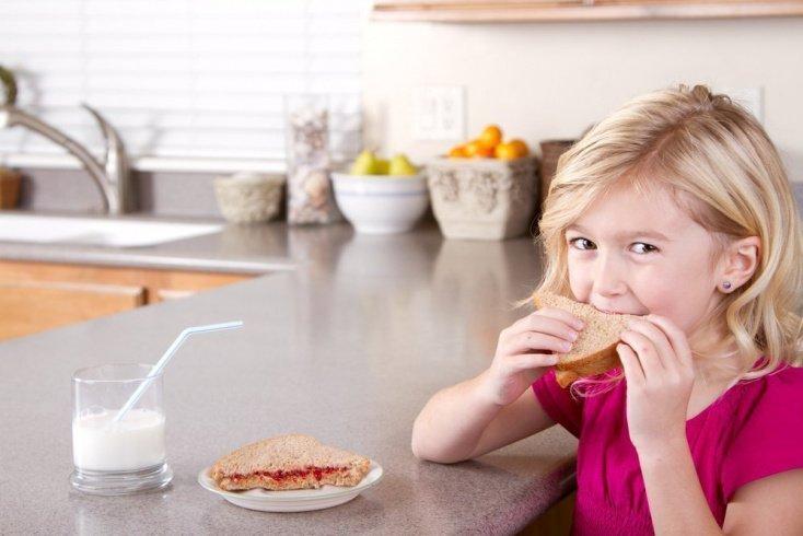 Можно ли давать детям обычный хлеб, и на что обращать внимание в составе?