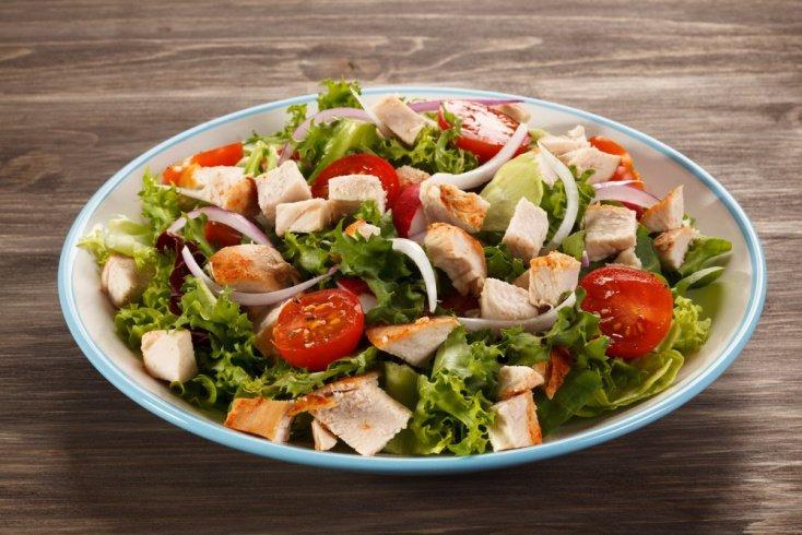 Несколько разных салатов с овощами