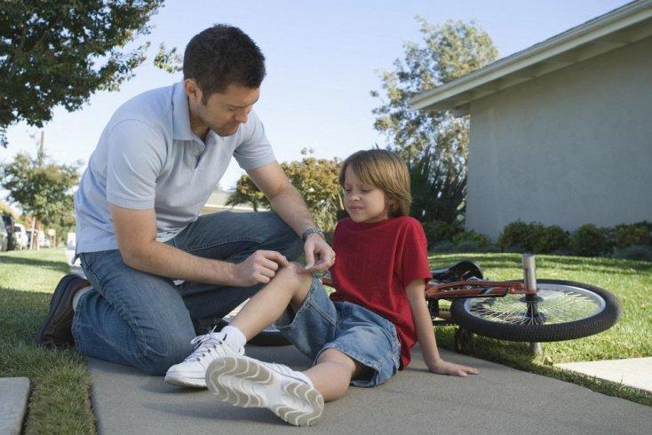 Лечение детей: первая помощь при порезах