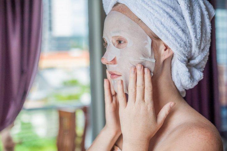 Тканевая маска снимает признаки усталости
