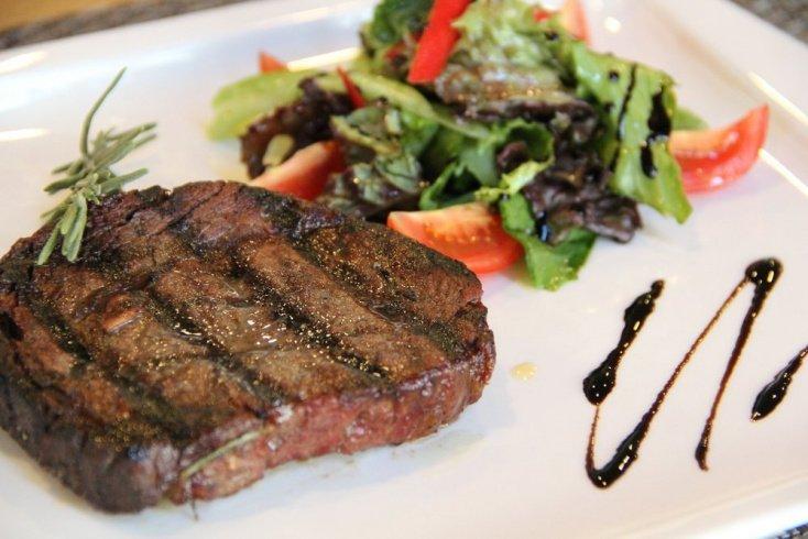 Мясо, полезное для здоровья: маринованный телячий стейк с кисло-сладким гарниром