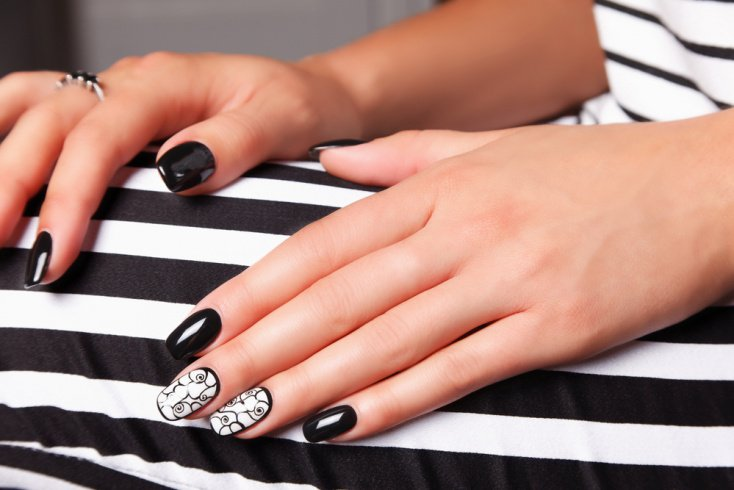 Комбинируйте в дизайне ногтей черный с белым