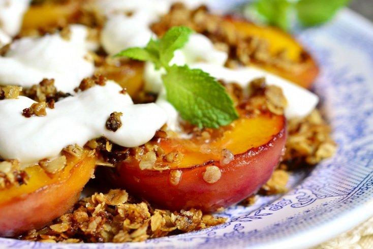 Простой рецепт запеченных персиков с миндалем