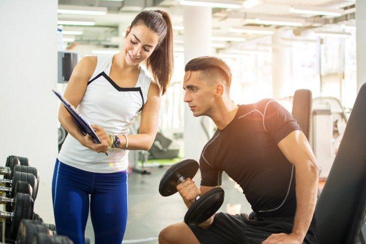 На что должен обратить внимание тренер при выполнении упражнений новичком?