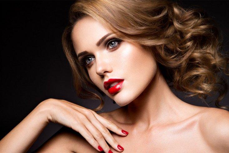 Вечерний макияж с золотыми тенями и красной помадой