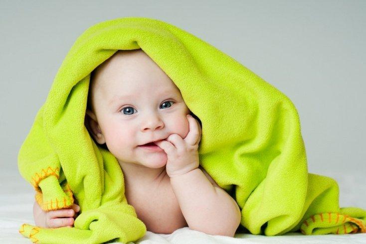 Ребенок сосет пальцы и грызет ногти
