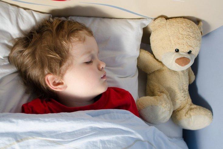 Какие меры следует предпринять, если ребенок во сне или во время бодрствования скрипит зубами?