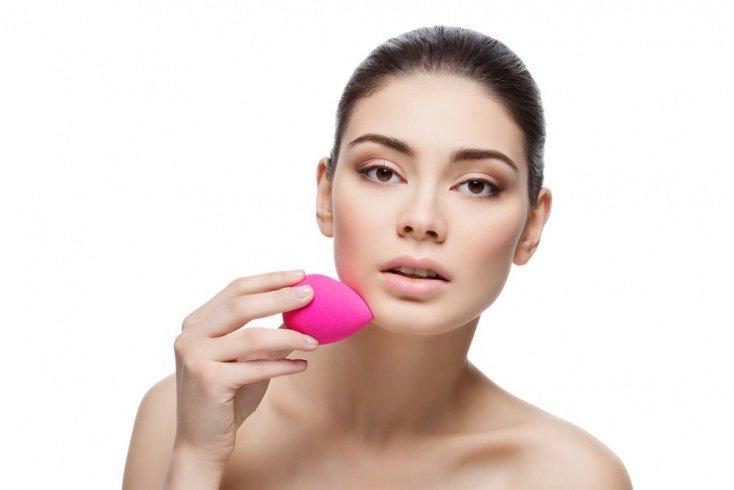 При нанесении макияжа используйте кисти и спонжи