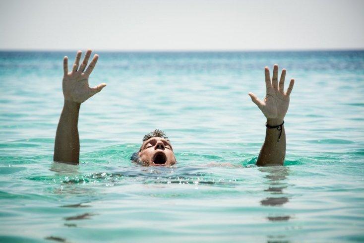 Миф №3. Тонущие люди бьют руками по воде и зовут на помощь.