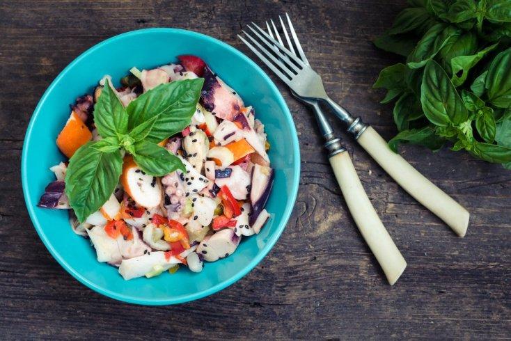 Чесночный салат с кальмарами