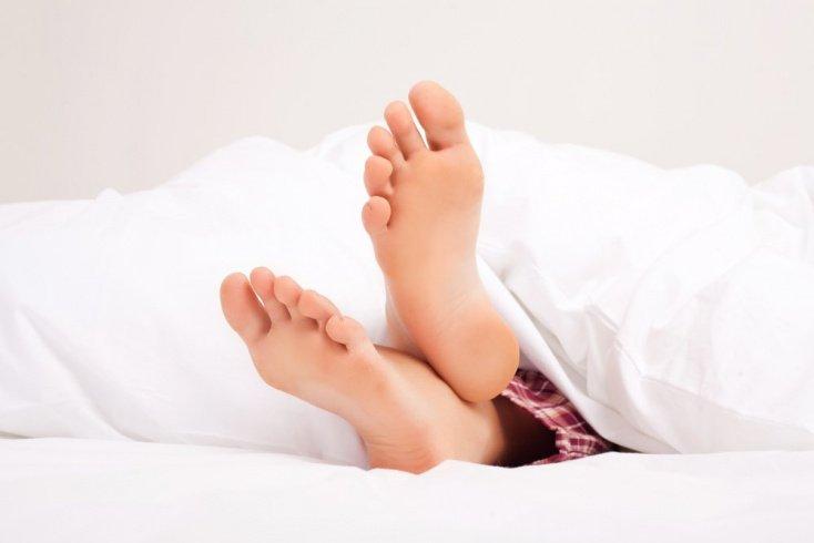 1. Неукрытые ступни для хорошего сна