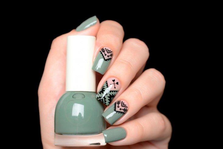 Для дизайна ногтей используйте плотные лаки и краски