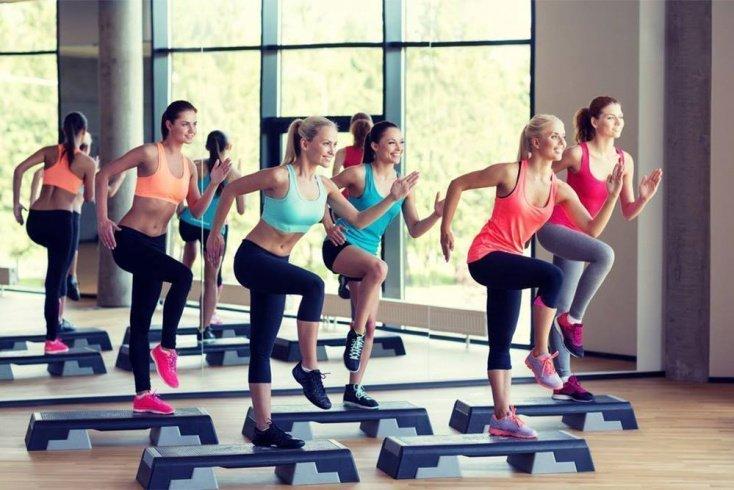 Фитнес-тренировки для поклонников ЗОЖ с использованием степпера