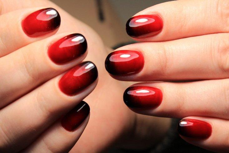 Градиентный дизайн ногтей в красных тонах