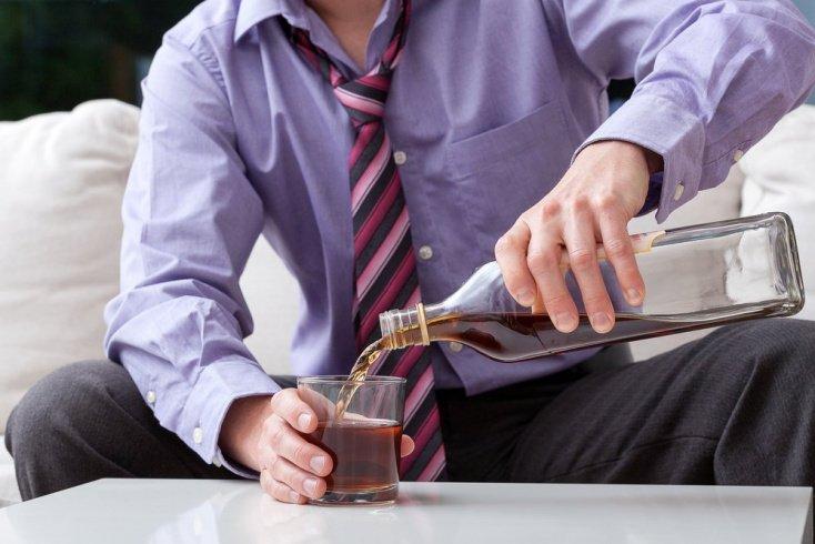 2. Привычка выпивать для настроения или снятия стресса