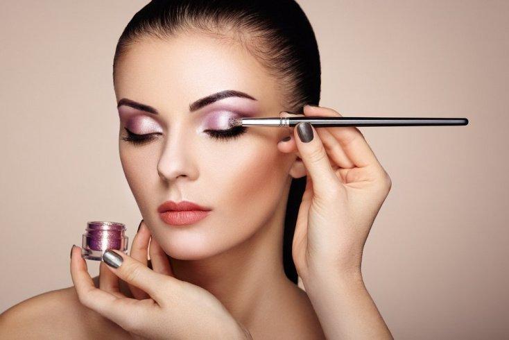 Нюдовая помада и фиолетовые тени: мейк-ап для девушек со смуглой кожей