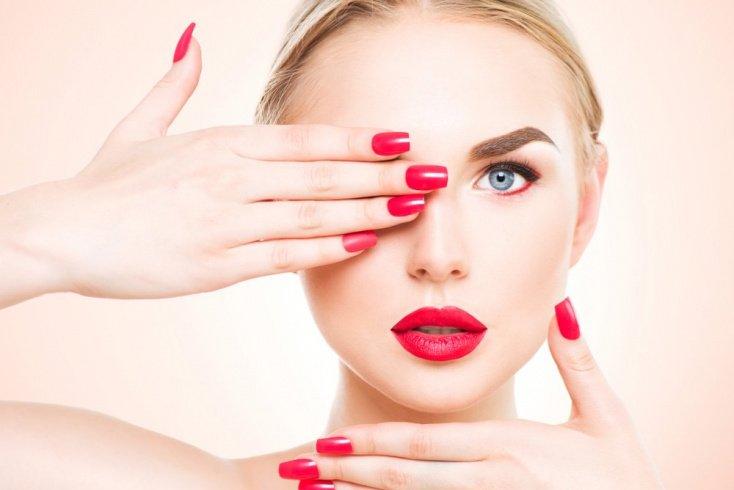 Лак: красивый макияж губ с глянцевым финишем