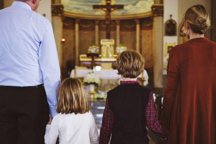 Ребенок посещает храм