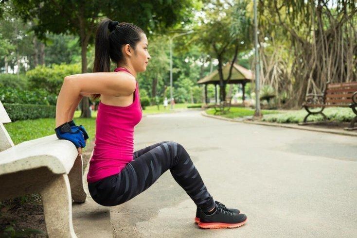 Обратные отжимания в силовых фитнес-тренировках