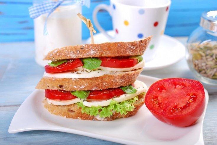Сэндвич с курицей и брынзой для сытного перекуса
