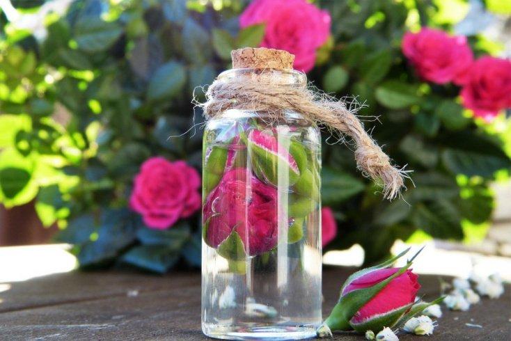 Розовая вода: увлажнение волос и кожи головы