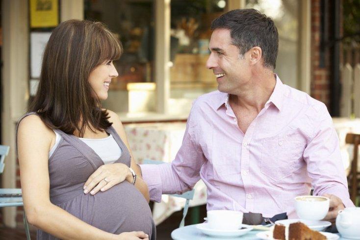 Миф №3. Беременным нельзя кушать на улице, а то у малыша рот будет постоянно открыт
