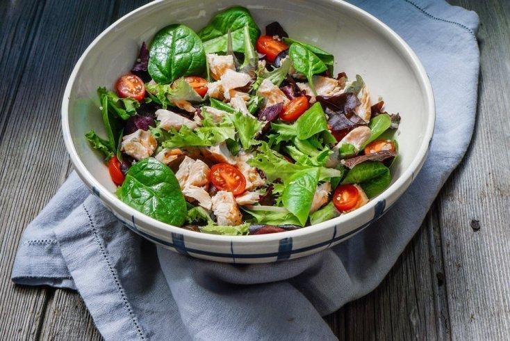 Кулинарный шедевр за 5 минут: рыбный салат с сыром и овощами