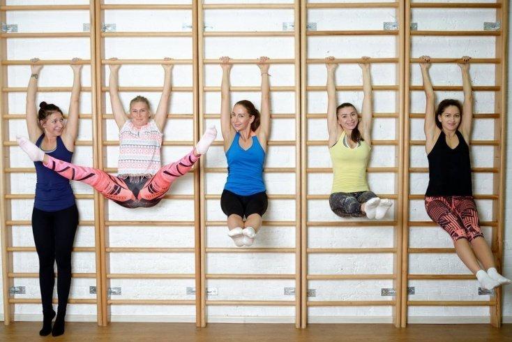Домашнее занятие фитнесом на шведской стенке
