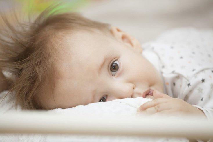 Ребенок ест в самых удивительных позах