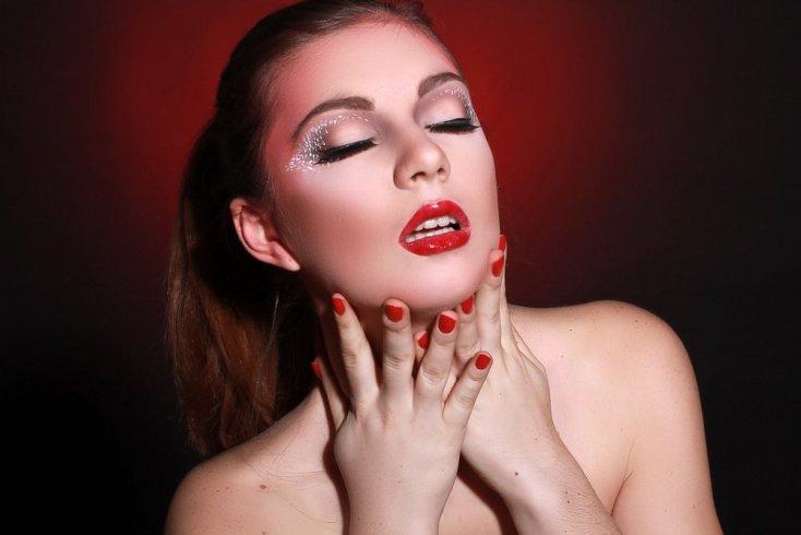 Секреты красоты: какие варианты макияжа век блестками есть?