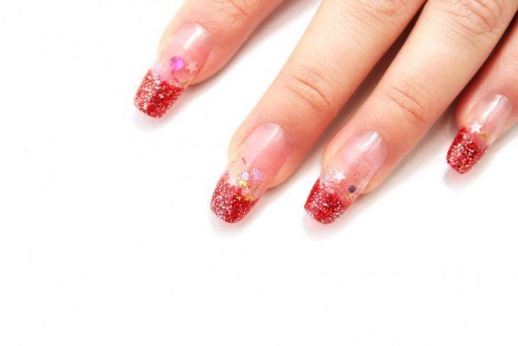 Красный френч с принтами на ногтях