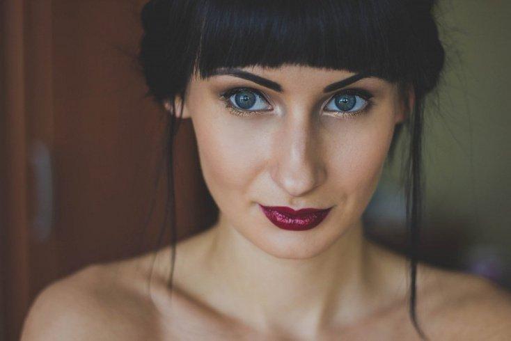 Бордовый: насыщенный цвет для осеннего макияжа