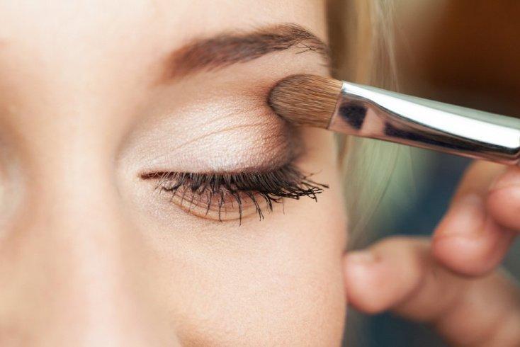 Нависшие веки: макияж глаз с тенями трех цветов