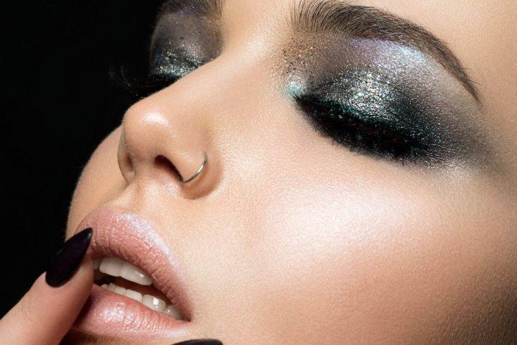 Розовая помада и серебристые тени: макияж для романтичного образа