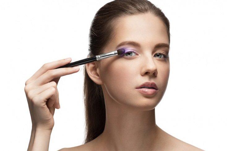 Не закрывайте глаза при нанесении макияжа