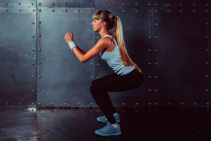 Занятия фитнесом для поклонниц ЗОЖ на дому и в спортзале