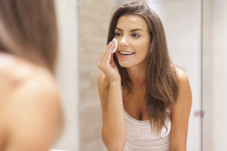 Привычка не смывать макияж перед сном