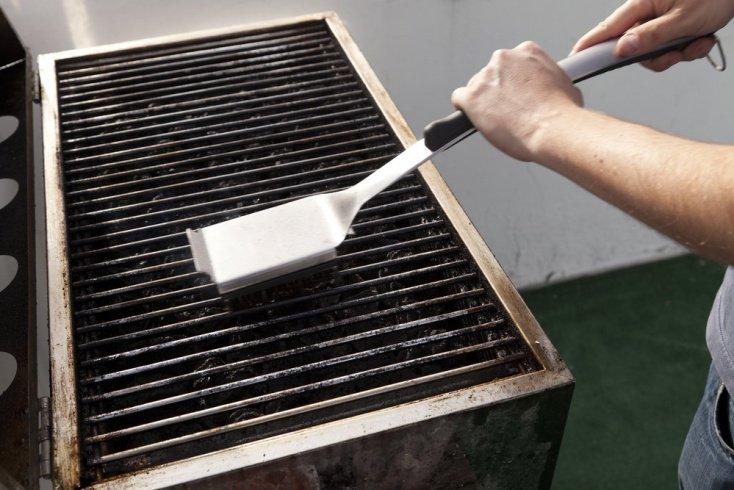 Ошибка № 6: привычка чистить гриль металлической щеткой