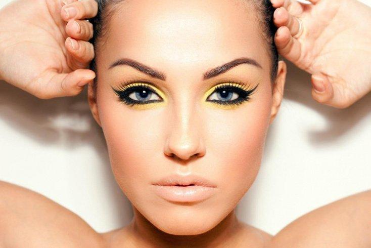 Овальная форма: выровненная кожа, акцент на губы или глаза