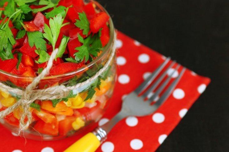Джар-салат с рисовой лапшой и ореховым соусом