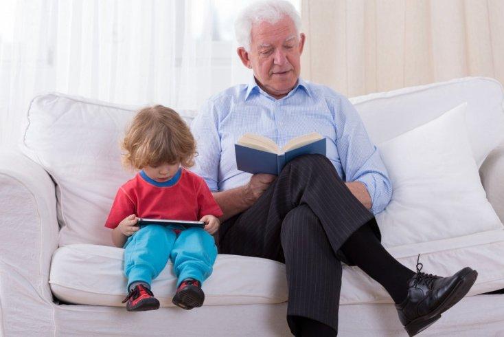 Сказки на ночь: кто читает лучше дедушка или бабушка?