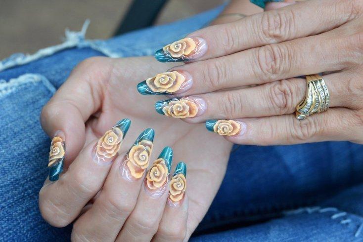 Розы на ногтях с помощью дотса и маникюрной иглы