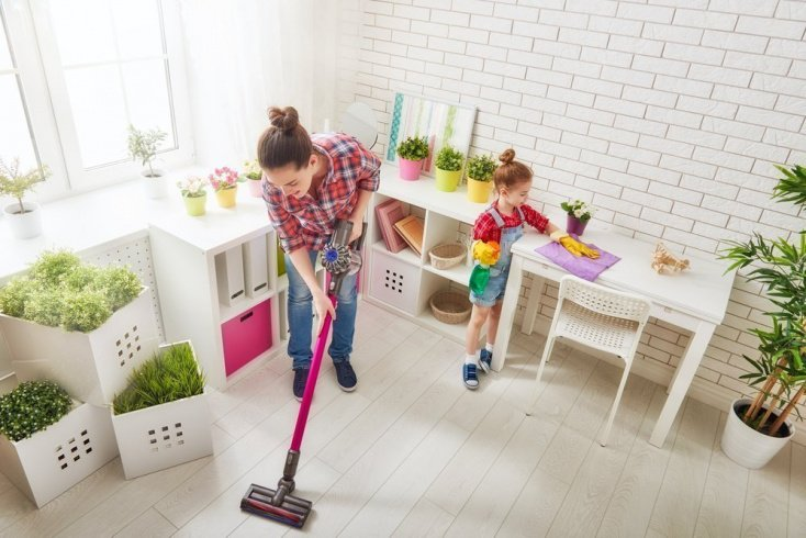 Ребенок помогает по дому