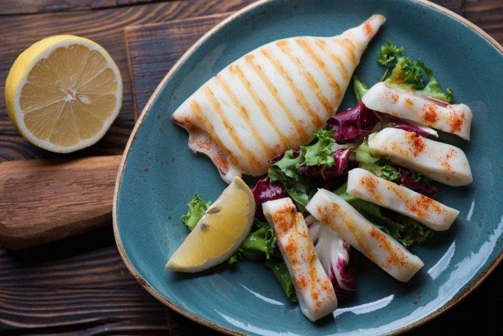 Салат на гриле: кальмары, овощи и свежая зелень