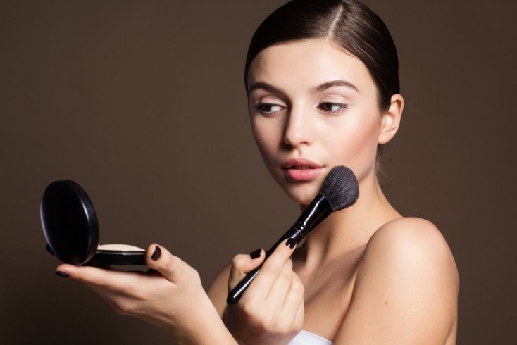 Как наносить на кожу прозрачную пудру?