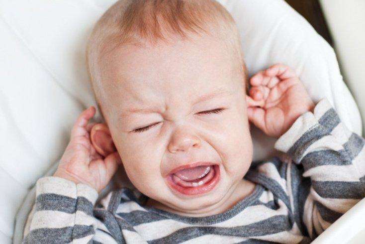 Как проявляется отит у ребенка?